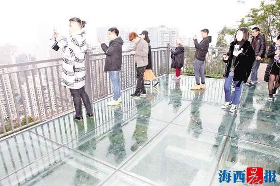 玻璃栈道观景台。