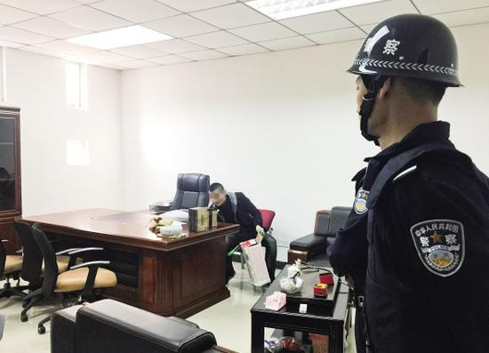 留守人员收拾东西离开。记者陈佩珊摄