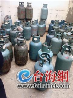 ▲大量液化气罐摆放在院子里
