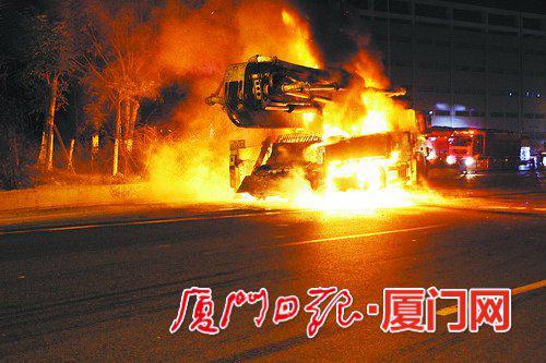 混凝土泵车陷入火海,吐出滚滚浓烟。