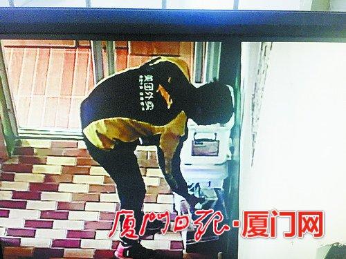 """监控视频显示,一名身着""""美团外卖""""上衣的送餐员拿走一件包裹。"""
