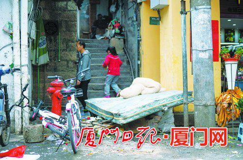 开元路,床垫等杂物堆放在人行道的外围。(本报记者林铭鸿摄)