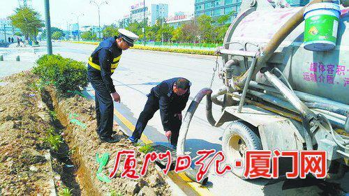 执法部门制止并查扣了该辆吸粪车。