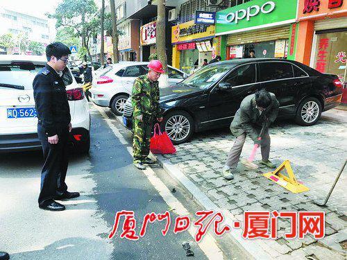 莲景三路,商家侵占人行道作为车位,城管部门组织拆除。(嘉莲城管供图)