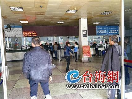 """◆车站内,个别黄牛在""""物色""""旅客"""