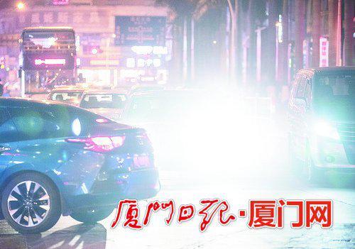 一辆轿车开着远光灯,记者镜头前一片白茫茫。(本报记者林铭鸿摄)