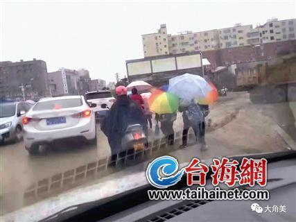 ◆上学时段,小学门口人车混行严重