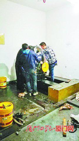 宏辉大厦,工作人员抢修故障电梯。