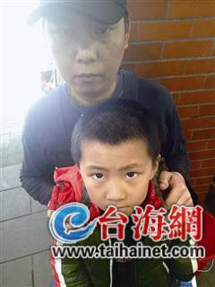 ▲陈召林只能把儿子带到打工的餐馆里