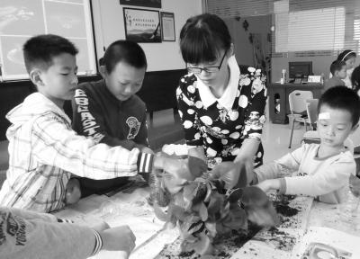 """滨水社区书院组织的""""辛勤的小园丁""""绿萝种植课。"""