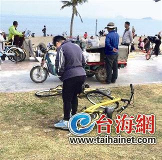 女子踩踏共享单车
