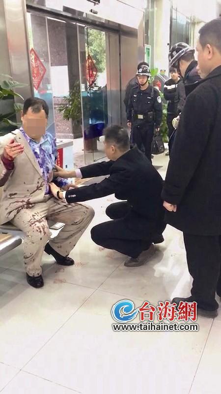 ▲银行工作人员为伤者止血