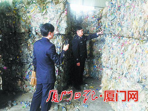 """执法人员仔细检查""""洋垃圾""""。"""