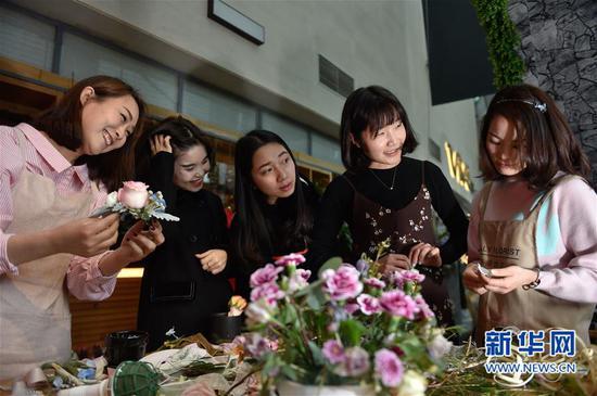 3月16日,陈莹莹(右二)和吴佳英(左二)在指导创业班学员制作花艺。新华社记者 宋为伟 摄