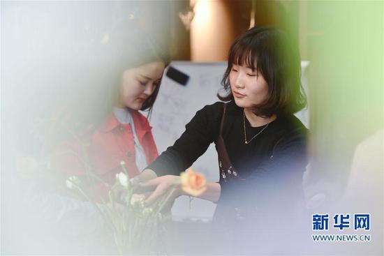 3月16日,陈莹莹在为创业班学员传授花艺制作技艺。新华社记者 宋为伟 摄