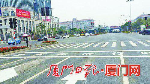 """杏林湾路和诚毅北路交叉路口处,已经施划了""""摩托车待行区""""。"""