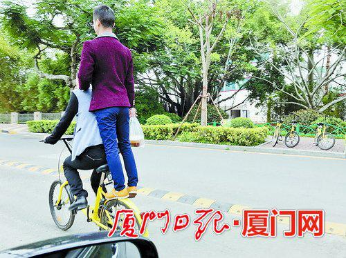 站在后面的挡泥板上,一样能载人;前面有标志禁止自行车进入?