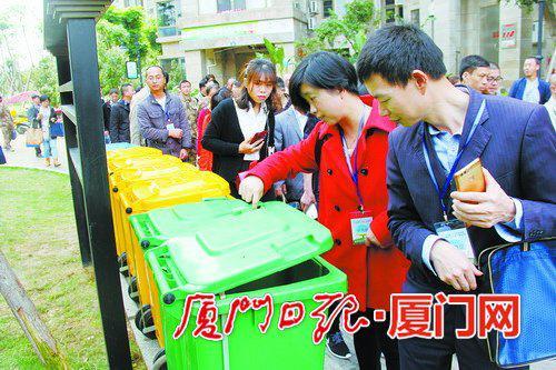 参加培训的学员在海沧天湖城小区考察垃圾分类情况。 (本报记者吴海奎摄)