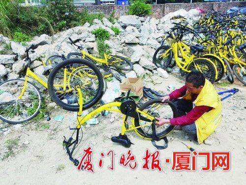 -陈师傅正在修车。
