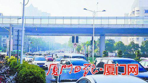 昨日早高峰时段,莲岳隧道周边出现车辆排长队缓行的情况。
