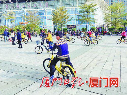 五一广场上,不少孩子骑着共享单车追逐打闹。