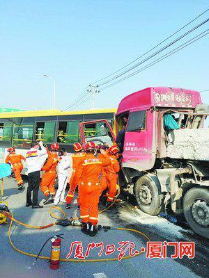 公交车的尾部和运石头的挂车头部撞在一起,造成驾驶室严重凹陷。