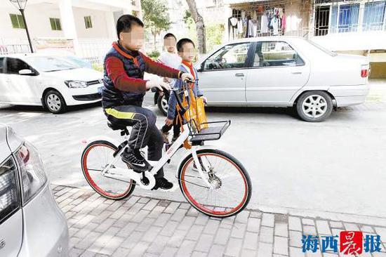 骑共享单车的孩子。