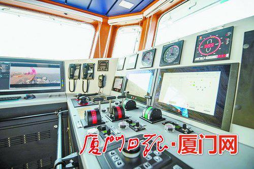 """""""嘉庚""""号的驾驶系统具备很高的数字化程度。(本报记者 林铭鸿 摄)"""