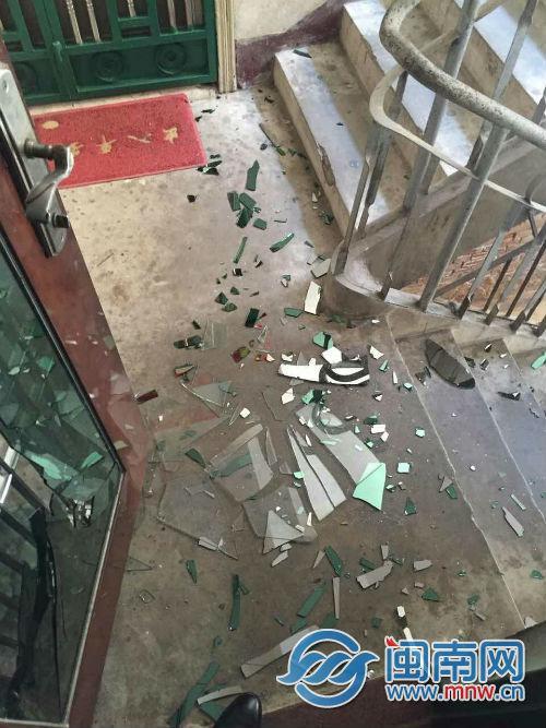 玻璃碎一地