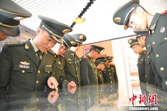 图为武警福建总队龙岩支队官兵在闽西(苏区)革命纪念馆参观。 叶海炼 摄