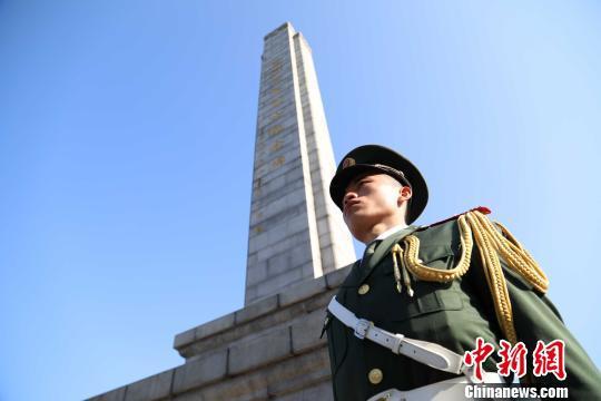 图为武警福建总队龙岩支队官兵来到闽西革命烈士陵园缅怀先烈。 王松青 摄