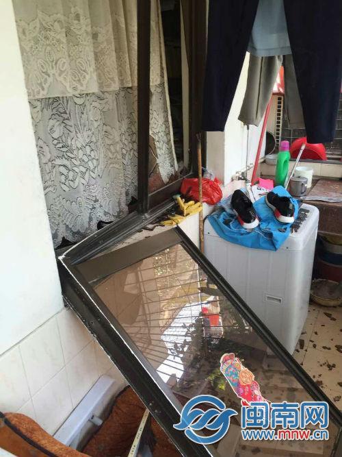 卧室玻璃窗掉落阳台