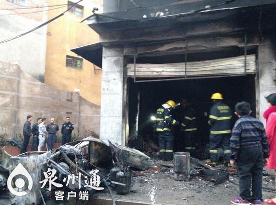 据附近的店家介绍,起火时仓库关着门,浓烟从门缝渗出来,才被发现,群众立刻报警求助。