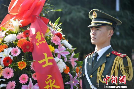 图为武警福建总队龙岩支队官兵向烈士献花。 郭大伟 摄