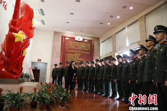 图为武警福建总队龙岩支队官兵在闽西(苏区)革命纪念馆参观。 王松青 摄