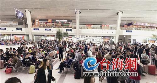 ◆4月2日,厦门火车站坐满了出行的市民