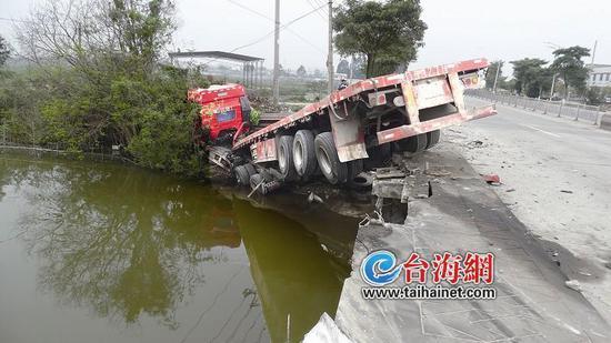 ▲半挂车整个车头冲入河中