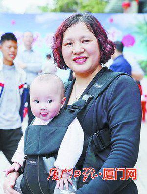 社区居民周小梅(抱着三个月的孙女):祝厦门会晤顺利举行,希望居民们当好东道主。
