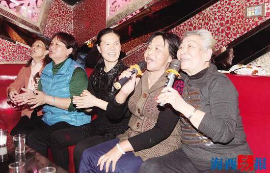和好朋友到KTV唱歌,曹奶奶乐在其中。