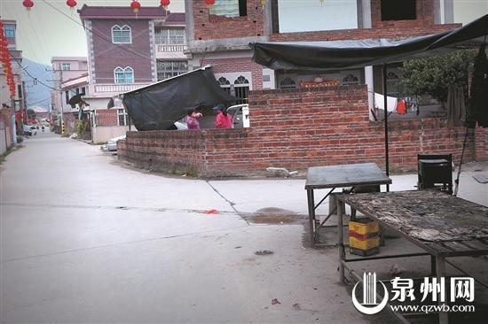 事发时,阿妹就在村道边的猪肉摊处玩耍。