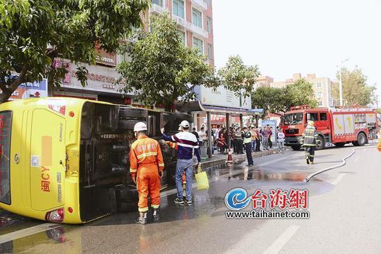 ▲客车翻车,消防实施救援