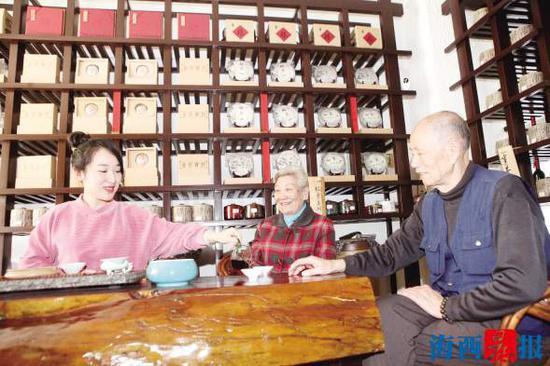 曹奶奶爱品普洱茶、话家常。