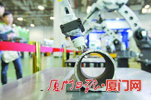 机器人正在演示切割与焊接。(本报记者 王协云摄/资料图)
