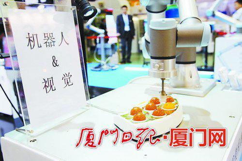 厦门工博会上,机器人正在玩视觉识别。(本报记者 王协云摄/资料图)