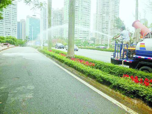 道路铣刨前先用洒水车湿润路面。(资料图)