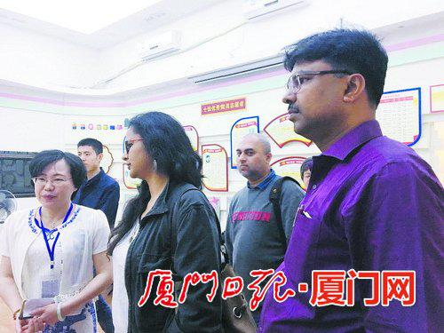 印度媒体代表团在前埔南社区与居民交流。