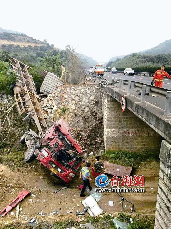 ▲大货车翻落桥底