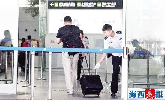 4月17日,一名旅客在T4航站楼接受防爆安检。记者 唐光峰 摄