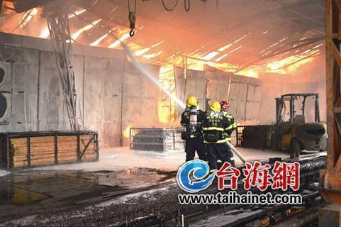 ◆火势凶猛,消防官兵灭火