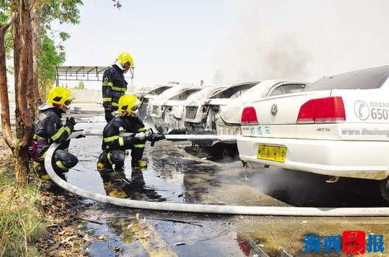 消防官兵在现场扑救。通讯员王健林 摄